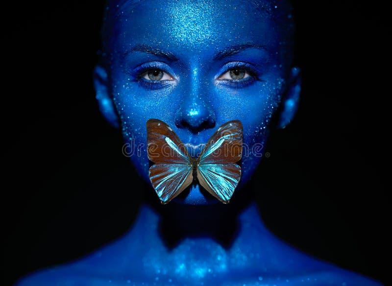 Πρότυπη γυναίκα μόδας με την μπλε πεταλούδα στοκ φωτογραφίες με δικαίωμα ελεύθερης χρήσης
