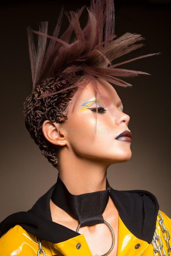πρότυπη γυναίκα μόδας Πορτρέτο του όμορφου κοριτσιού κομμάτων με την καθιερώνουσα τη μόδα σύνθεση, κούρεμα στοκ εικόνες