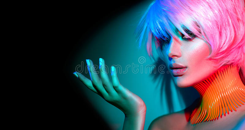 Πρότυπη γυναίκα μόδας με το καθιερώνοντα τη μόδα makeup και το μανικιούρ στοκ φωτογραφία με δικαίωμα ελεύθερης χρήσης