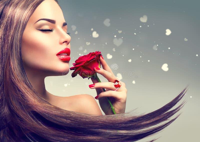 Πρότυπη γυναίκα μόδας ομορφιάς με το κόκκινο ροδαλό λουλούδι στοκ φωτογραφία