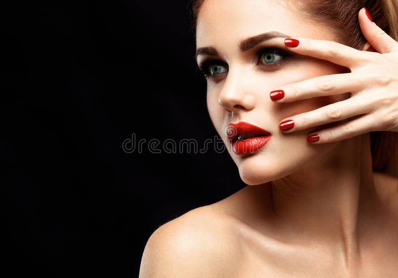 Πρότυπη γυναίκα ομορφιάς με τη μακριά καφετιά κυματιστή τρίχα Υγιής τρίχα και όμορφο επαγγελματικό Makeup Κόκκινα χείλια και καπν στοκ εικόνες με δικαίωμα ελεύθερης χρήσης