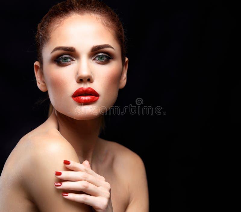 Πρότυπη γυναίκα ομορφιάς με τη μακριά καφετιά κυματιστή τρίχα Υγιής τρίχα και όμορφο επαγγελματικό Makeup Κόκκινα χείλια και καπν στοκ φωτογραφίες
