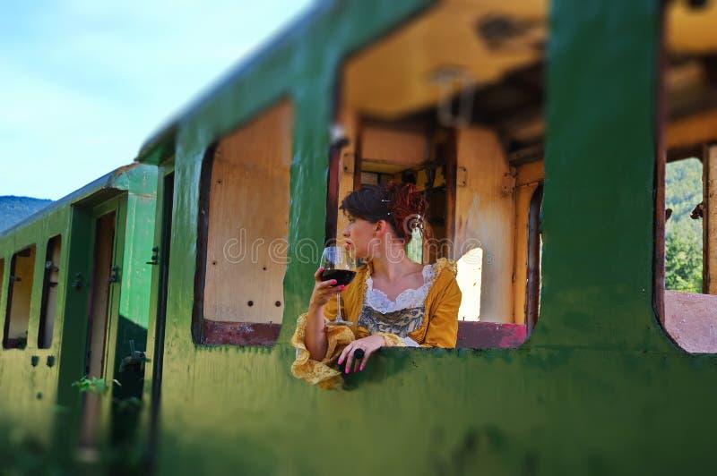 Πρότυπη γυναίκα σε ένα εκλεκτής ποιότητας τραίνο στοκ φωτογραφία με δικαίωμα ελεύθερης χρήσης