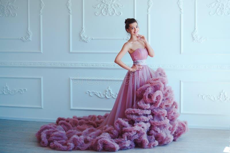 Πρότυπη γυναίκα Brunette ομορφιάς στο πορφυρό φόρεμα βραδιού Όμορφη πολυτέλεια μόδας makeup και hairstyle κορίτσι σαγηνευτικό στοκ εικόνες