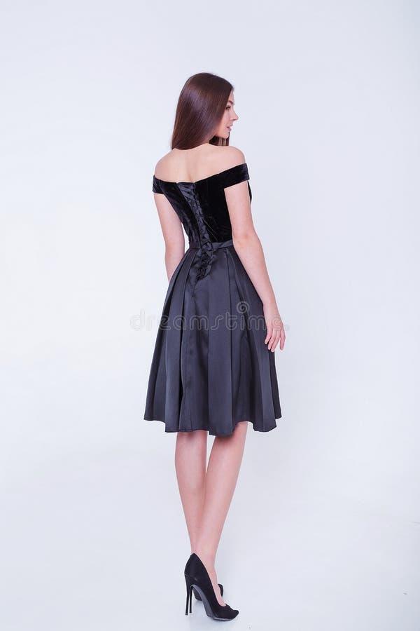 Πρότυπη γυναίκα brunette ομορφιάς στο φόρεμα κοκτέιλ r r στοκ φωτογραφία