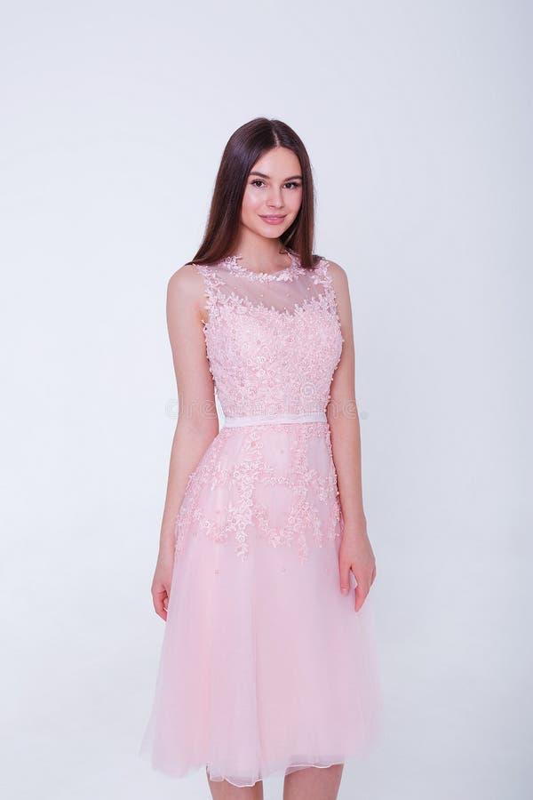 Πρότυπη γυναίκα brunette ομορφιάς στο φόρεμα κοκτέιλ r r στοκ φωτογραφίες με δικαίωμα ελεύθερης χρήσης