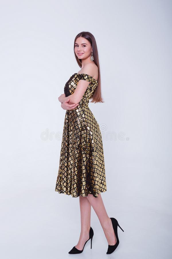Πρότυπη γυναίκα brunette ομορφιάς στο φόρεμα κοκτέιλ r r στοκ εικόνα