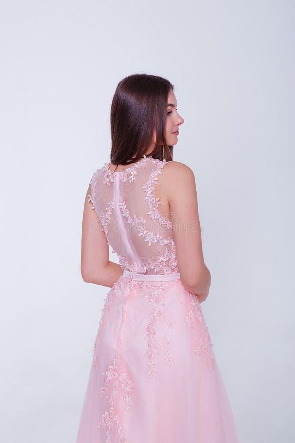 Πρότυπη γυναίκα brunette ομορφιάς στο φόρεμα κοκτέιλ r r στοκ εικόνες