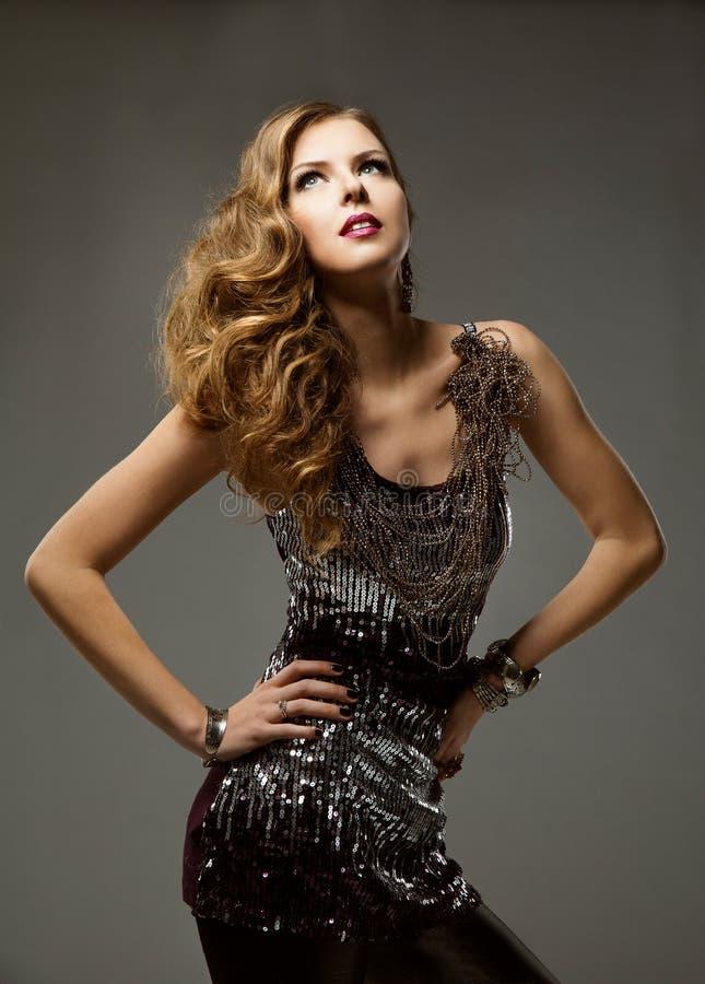 Πρότυπη μακρυμάλλης, νέα γυναίκα μακρύ κυματιστό Hairstyle, λαμπιρίζοντας φόρεμα μόδας κοριτσιών στοκ εικόνες