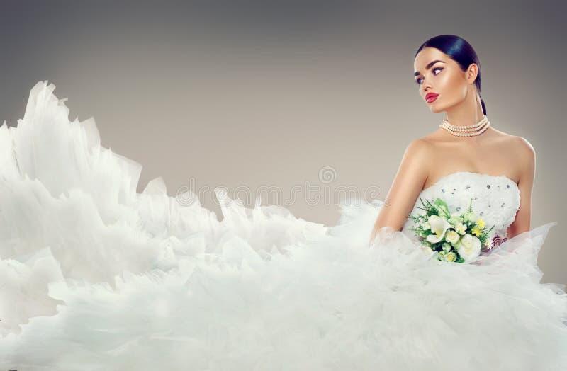 Πρότυπη νύφη ομορφιάς στο γαμήλιο φόρεμα με το μακρύ τραίνο στοκ εικόνες