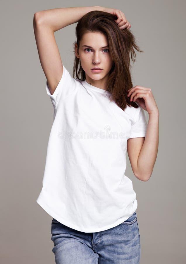 Πρότυπη δοκιμή με την όμορφη πρότυπη τοποθέτηση μόδας στοκ εικόνες με δικαίωμα ελεύθερης χρήσης