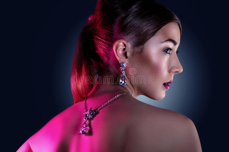 Πρότυπη τοποθέτηση μόδας στο αποκλειστικό κόσμημα στοκ εικόνες