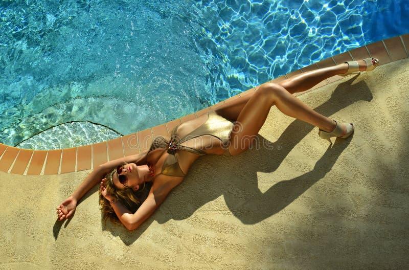 Πρότυπη τοποθέτηση μόδας αρκετά από την πισίνα στοκ εικόνα