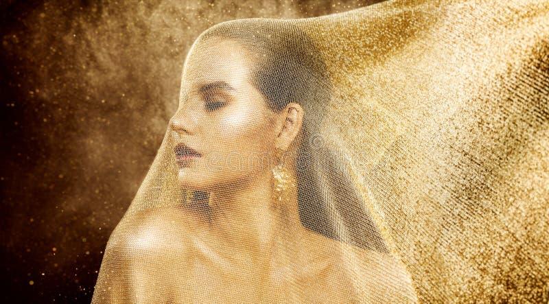 Πρότυπη χρυσή ομορφιά πέπλων μόδας, γυναίκα κάτω από το χρυσό δίκτυο υφασμάτων, όμορφο πορτρέτο κοριτσιών στοκ εικόνα
