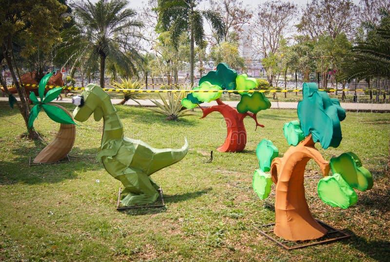 Πρότυποι δεινόσαυρος και δέντρα στοκ εικόνα με δικαίωμα ελεύθερης χρήσης