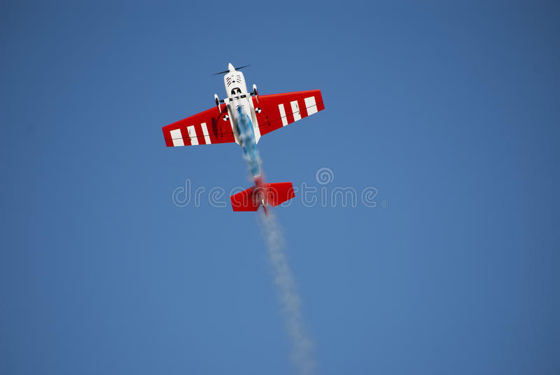 πρότυπος καπνός rc αεροπλάν&o στοκ εικόνες