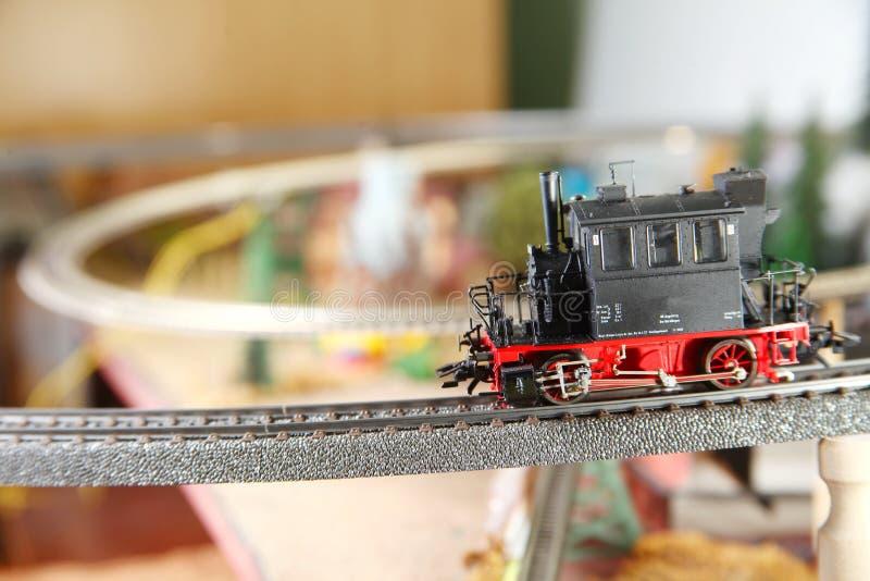 Πρότυπος σιδηρόδρομος στη μικροσκοπική πρότυπη πόλης σκηνή στοκ εικόνες με δικαίωμα ελεύθερης χρήσης