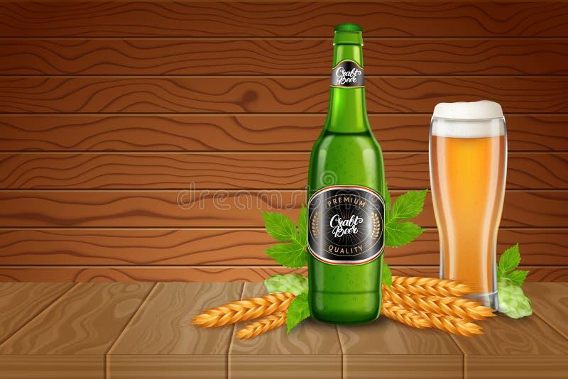 Πρότυπο αγγελιών αφισών με το ρεαλιστικό ψηλό γυαλί μπύρας, malted, τους λυκίσκους και το μπουκάλι με την κλασική ελαφριά μπύρα ξ ελεύθερη απεικόνιση δικαιώματος