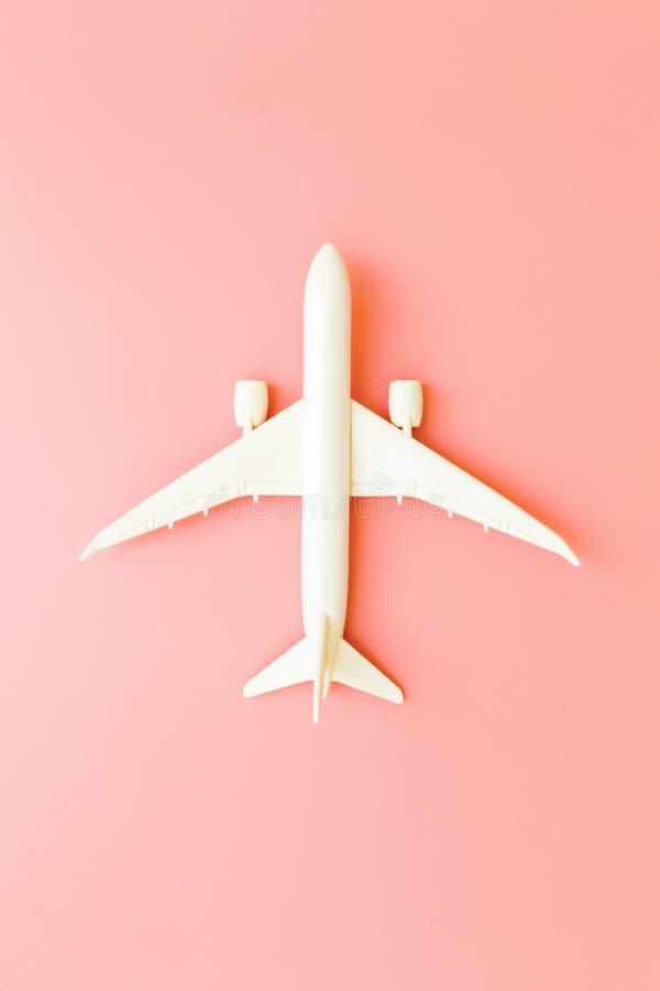 Πρότυπο αεροπλάνο, αεροπλάνο στο ρόδινο υπόβαθρο χρώματος κρητιδογραφιών με το διάστημα αντιγράφων Επίπεδος βάλτε το σχέδιο Έννοι στοκ εικόνες με δικαίωμα ελεύθερης χρήσης