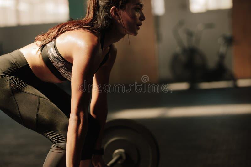 Πρότυπο ικανότητας που εκτελεί τις ασκήσεις ανύψωσης βάρους στοκ εικόνα