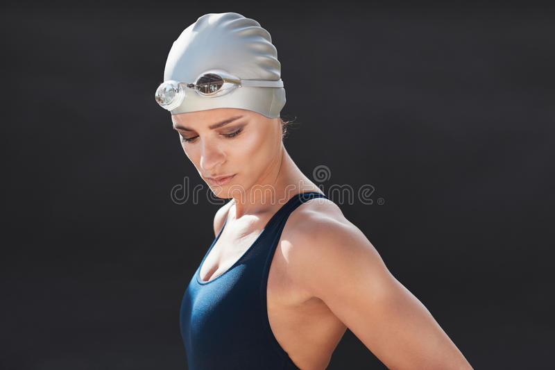 Πρότυπο ικανότητας σε swimwear πέρα από το μαύρο υπόβαθρο στοκ εικόνες με δικαίωμα ελεύθερης χρήσης