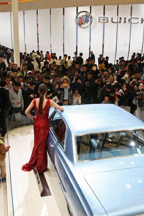 Πρότυπο και ένα αυτοκίνητο της GM στην αυτόματη Σαγκάη 2013 στοκ φωτογραφία με δικαίωμα ελεύθερης χρήσης