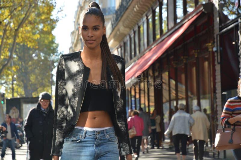 Πρότυπο κατά τη διάρκεια της εβδομάδας μόδας του Παρισιού στοκ εικόνες