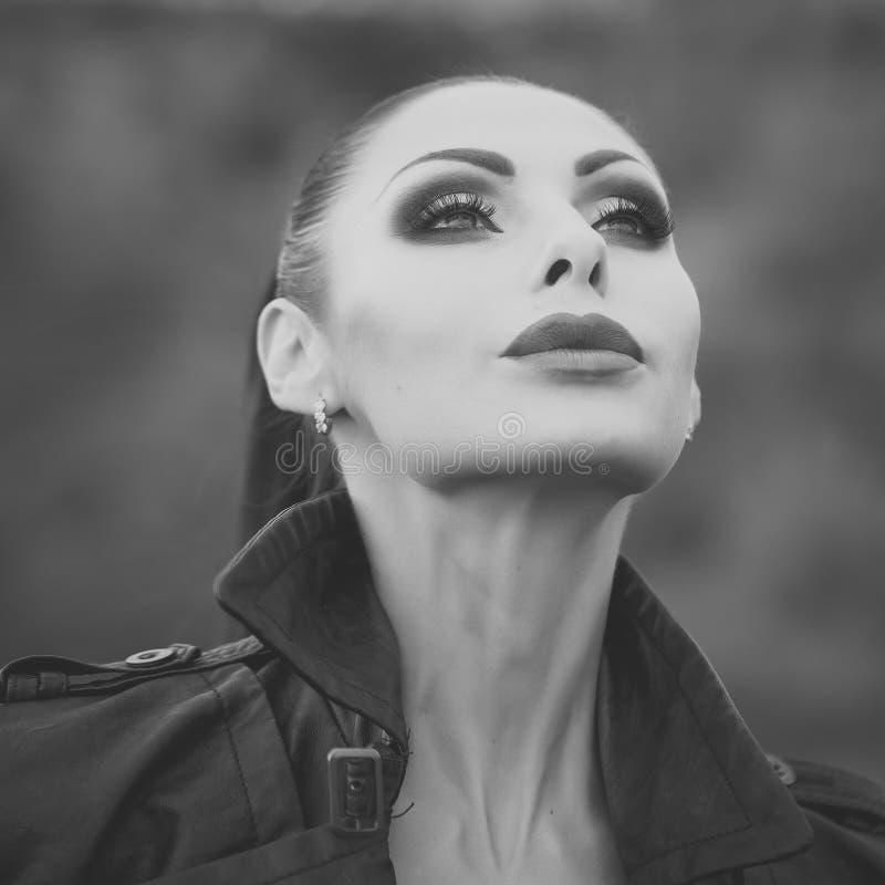 Πρότυπο κορίτσι μόδας ομορφιάς η μόδα κοιτάζει Χαριτωμένη γυναίκα υπαίθρια στοκ φωτογραφία με δικαίωμα ελεύθερης χρήσης