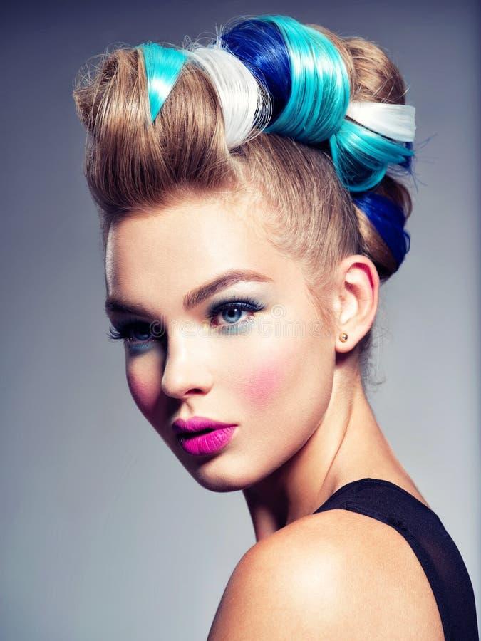 Πρότυπο κορίτσι μόδας ομορφιάς με τη δημιουργική τρίχα στοκ εικόνα