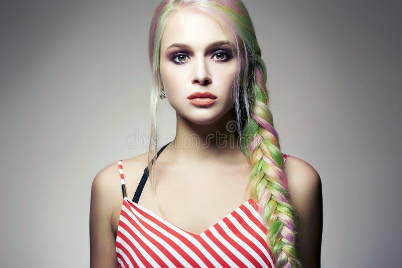 Πρότυπο κορίτσι μόδας ομορφιάς με τη ζωηρόχρωμη βαμμένη τρίχα στοκ εικόνα με δικαίωμα ελεύθερης χρήσης
