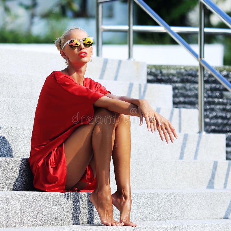 Πρότυπο κορίτσι μόδας Μοντέρνη ξανθή γυναίκα ομορφιάς που θέτει το υπαίθριο ι στοκ εικόνα με δικαίωμα ελεύθερης χρήσης