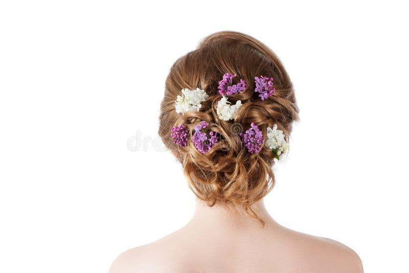 Πρότυπο κορίτσι μόδας ομορφιάς με τα ιώδη λουλούδια hairstyle Κορίτσι που στέκεται πίσω στοκ φωτογραφίες με δικαίωμα ελεύθερης χρήσης