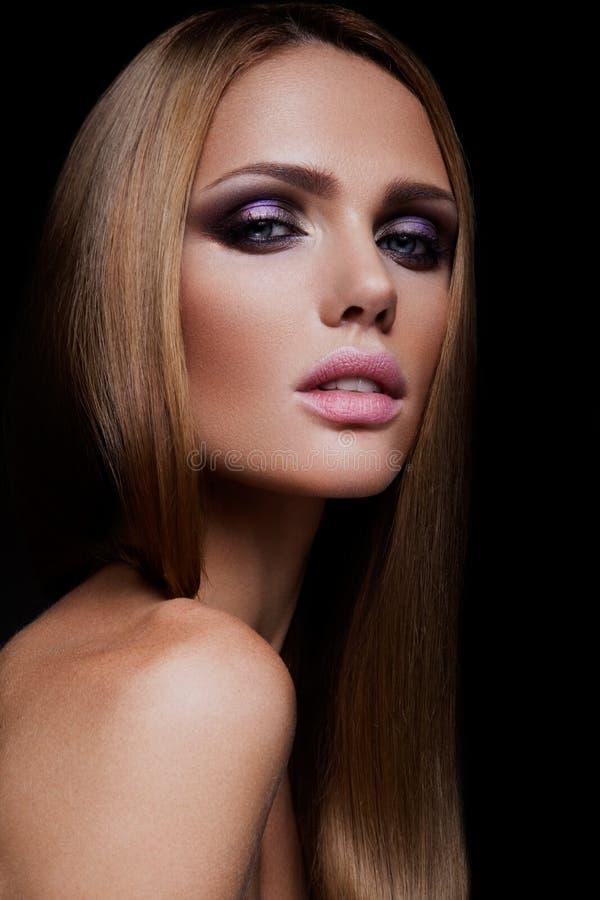 Πρότυπο κορίτσι μόδας ομορφιάς με το φωτεινό makeup στοκ εικόνα