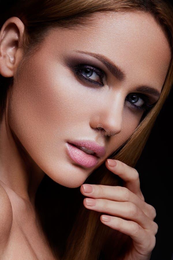 Πρότυπο κορίτσι μόδας ομορφιάς με το φωτεινό makeup στοκ φωτογραφία με δικαίωμα ελεύθερης χρήσης