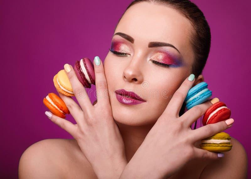 Πρότυπο κορίτσι μόδας glamor ομορφιάς με το ζωηρόχρωμα makeup και macaroons στοκ φωτογραφία με δικαίωμα ελεύθερης χρήσης