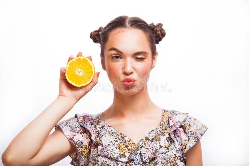 Πρότυπο κορίτσι ομορφιάς με τα juicy πορτοκάλια Όμορφο χαρούμενο κορίτσι εφήβων με τις φακίδες, το αστείο κόκκινο hairstyle και τ στοκ φωτογραφίες