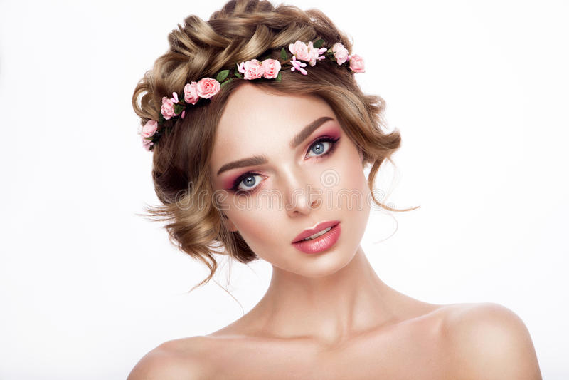 Πρότυπο κορίτσι ομορφιάς μόδας με την τρίχα λουλουδιών Νύφη Τέλειος δημιουργικός αποτελεί και ύφος τρίχας hairstyle στοκ εικόνα
