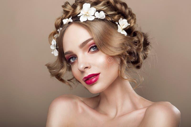 Πρότυπο κορίτσι ομορφιάς μόδας με την τρίχα λουλουδιών Νύφη Τέλειος δημιουργικός αποτελεί και ύφος τρίχας hairstyle στοκ εικόνα με δικαίωμα ελεύθερης χρήσης