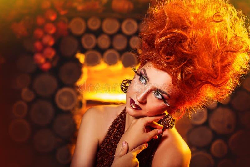 Πρότυπο κορίτσι στο ύφος φθινοπώρου στο ξύλινο υπόβαθρο εστιών στοκ εικόνα με δικαίωμα ελεύθερης χρήσης