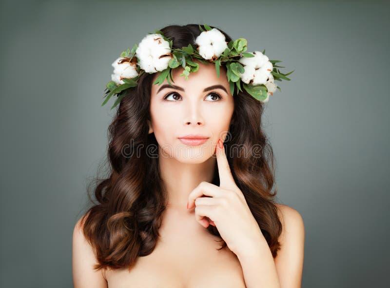 Πρότυπο κορίτσι της Νίκαιας με την υγιή τρίχα και το δέρμα στοκ εικόνες