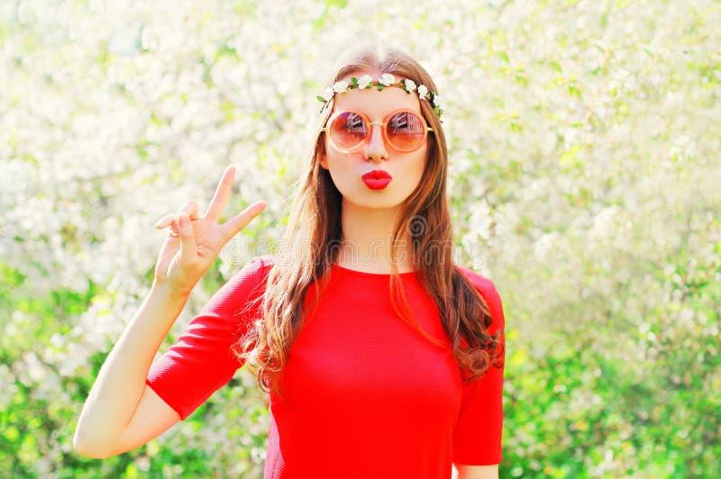 Πρότυπο κοριτσιών χίπηδων μόδας αρκετά δροσερό που έχει τη διασκέδαση πέρα από το άνθισμα στοκ φωτογραφία με δικαίωμα ελεύθερης χρήσης