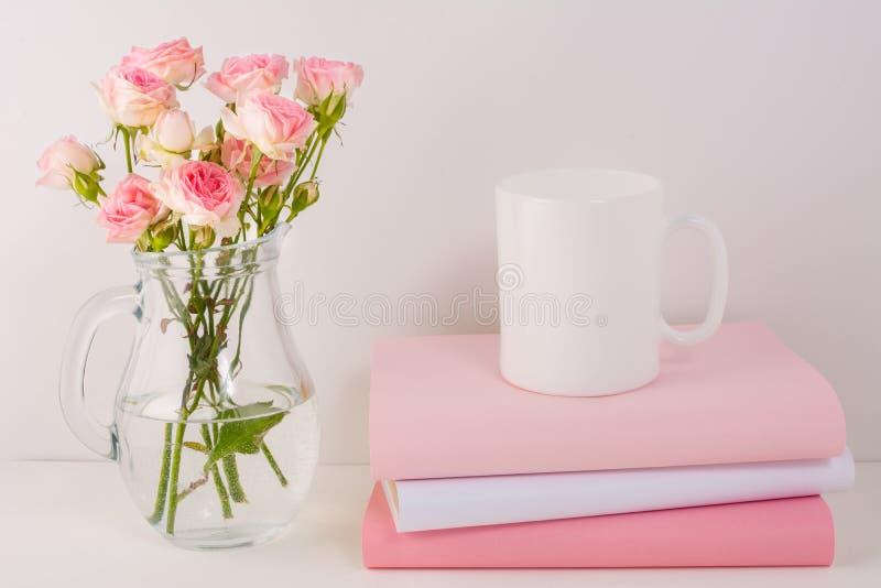 Πρότυπο κουπών καφέ με τα ρόδινα τριαντάφυλλα στοκ εικόνες