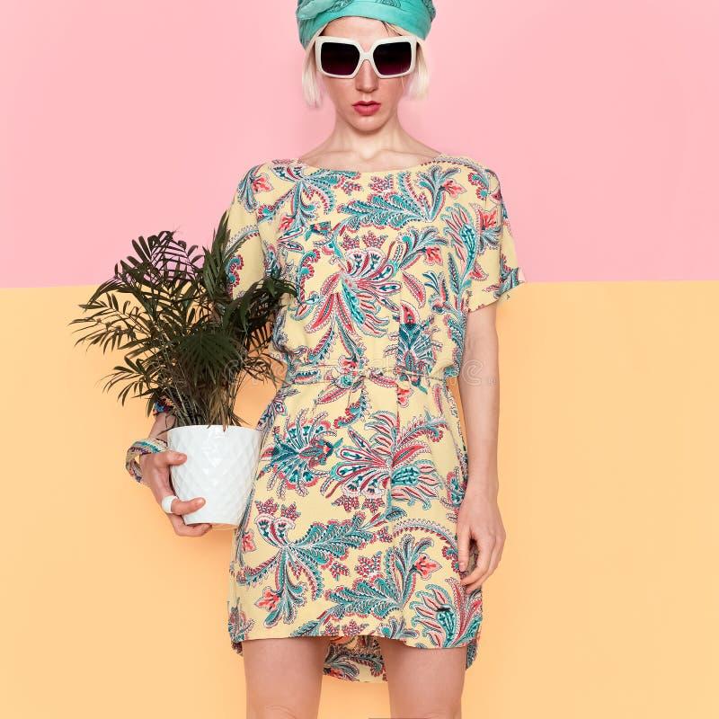Πρότυπο με το λουλούδι στο καθιερώνον τη μόδα θερινό φόρεμα ύφος παραλιών στοκ φωτογραφία με δικαίωμα ελεύθερης χρήσης