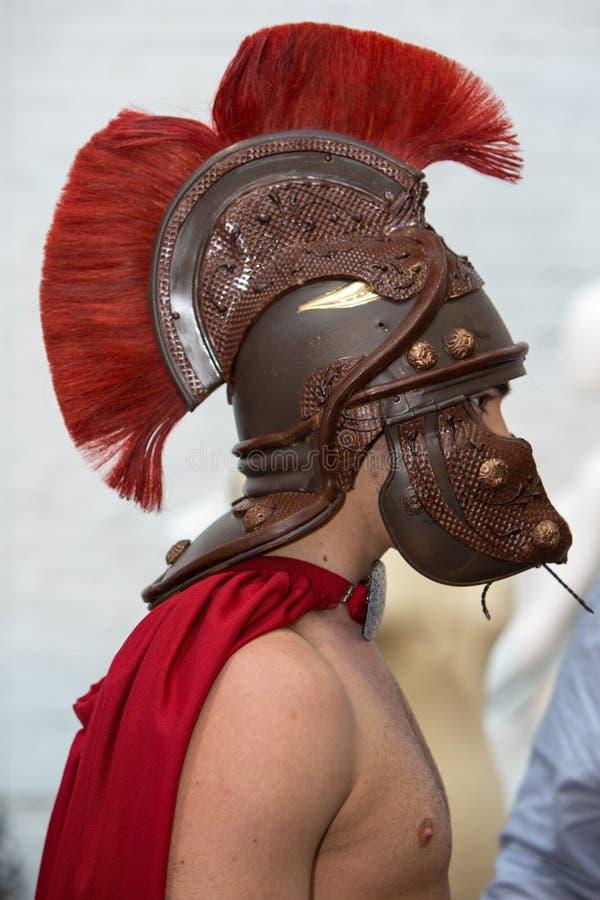 Πρότυπο με το ρωμαϊκό κράνος chocolat κατά τη διάρκεια της επίδειξης μόδας στις Βρυξέλλες στοκ φωτογραφίες με δικαίωμα ελεύθερης χρήσης