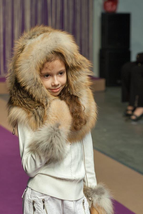 Πρότυπο μικρών κοριτσιών στη μόδα 2014 Kyiv στοκ εικόνα