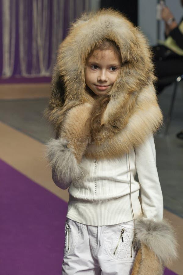 Πρότυπο μικρών κοριτσιών στη μόδα 2014 Kyiv στοκ φωτογραφία