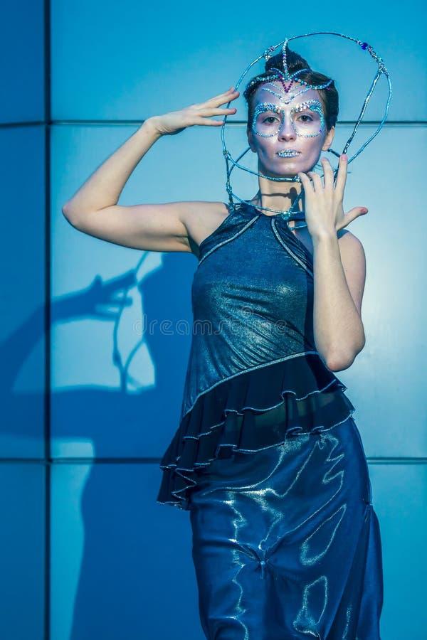 Πρότυπο μόδας με το φουτουριστικές hairstyle και τη σύνθεση στοκ εικόνες