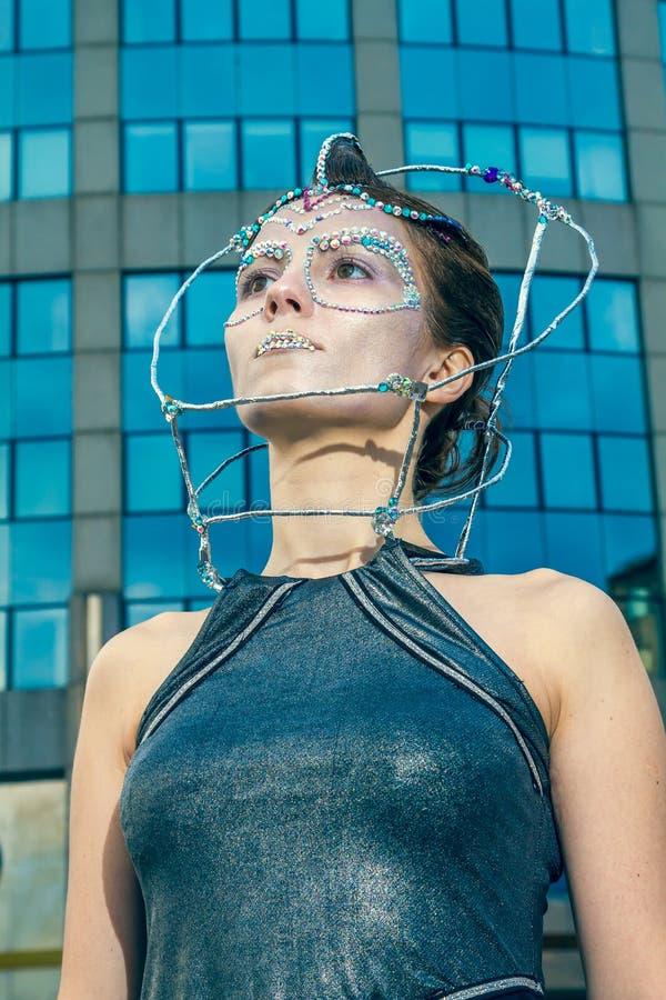 Πρότυπο μόδας με το φουτουριστικές hairstyle και τη σύνθεση στοκ εικόνα