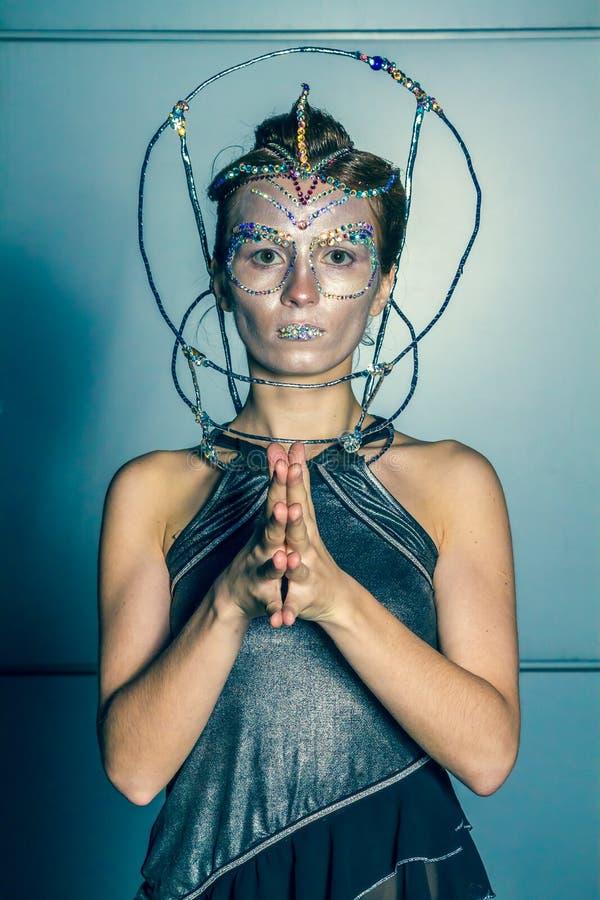 Πρότυπο μόδας με το φουτουριστικές hairstyle και τη σύνθεση στοκ φωτογραφίες