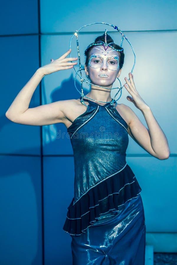 Πρότυπο μόδας με το φουτουριστικές hairstyle και τη σύνθεση στοκ φωτογραφία με δικαίωμα ελεύθερης χρήσης